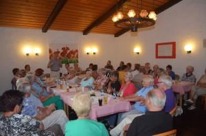 1. Mitgliederversammlung am 23.07.2013. Robert Kumlehn erläutert die Vorteile einer Beckenabdeckung