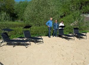 Wieder arbeiten Vereinsmitglieder an Verschönerung des Bades. Inzwischen ist auch die Chill-Ecke fertig und vom Verein angeschaffte Sonnenliegen werden aufgestellt.